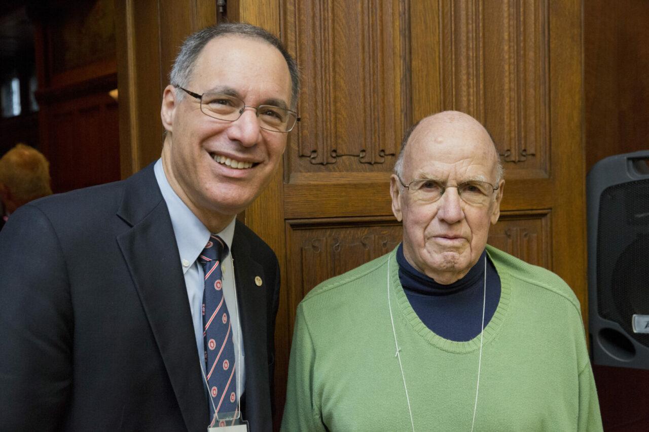 Le doyen Eidelman avec J. Barry King, MDCM 1954, qui formait avec son frère John le premier couple de vrais jumeaux inscrits en médecine à l'Université McGill. (photo: Nicolas Morin)
