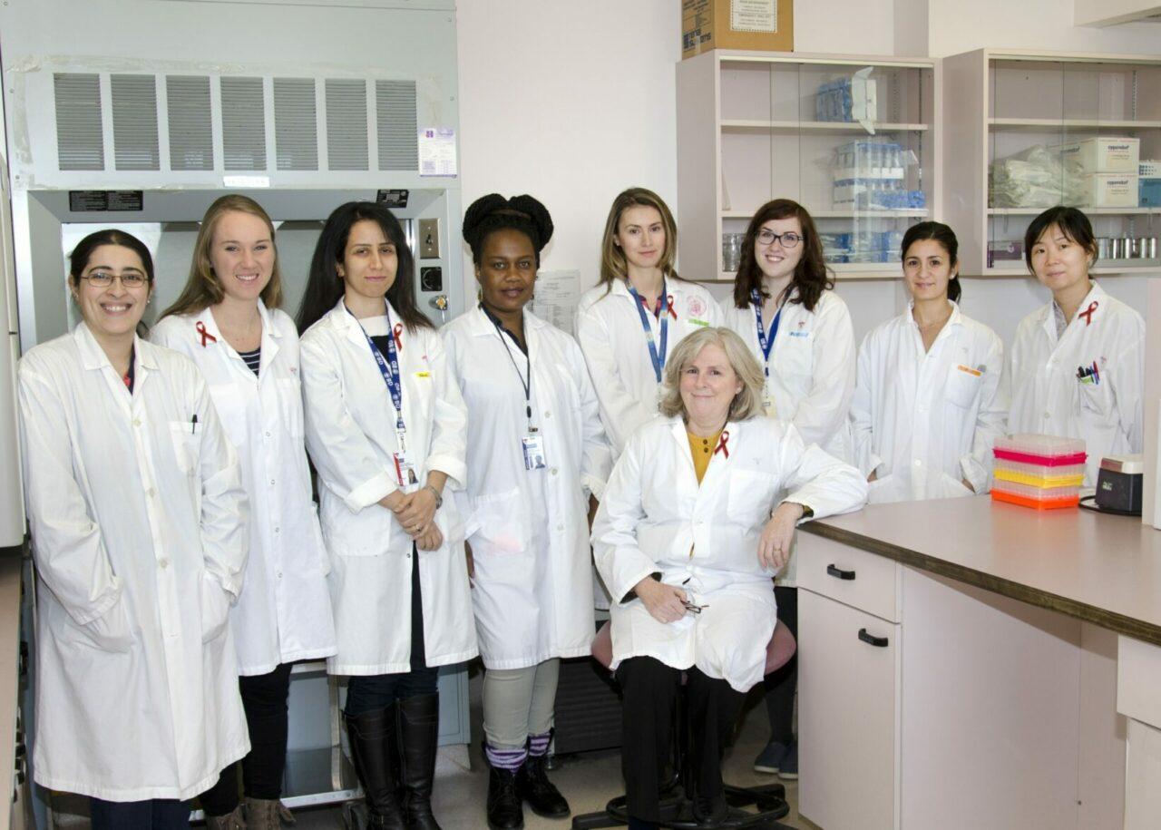 Dre Nicole Bernard (assise) et son équipe du Laboratoire de recherche sur le VIH et l'immunité innée