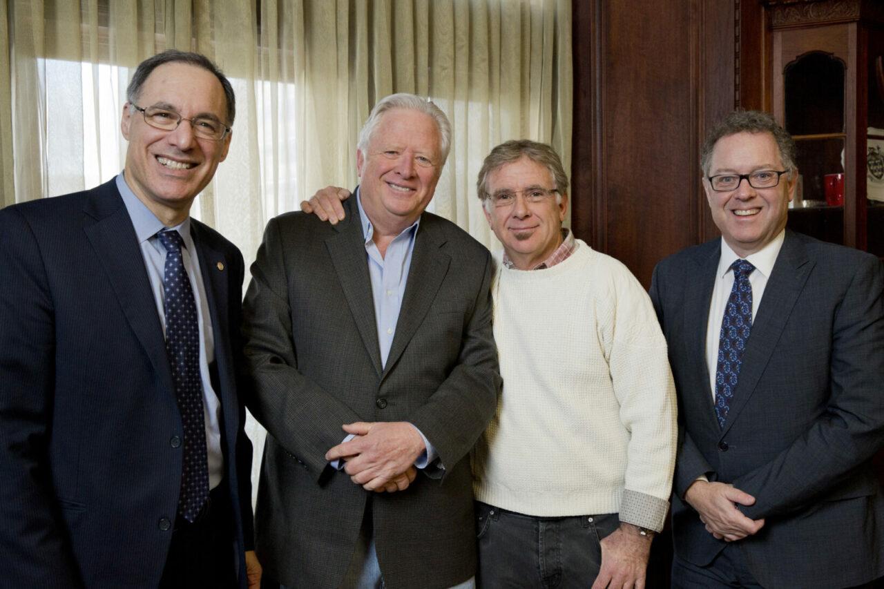 Le doyen Eidelman, les frères Daniel et Jimmy Kaufman, ainsi que Marc Weinstein honorant la mémoire de Richard Kaufman, B. Com. 1964, qui a légué 1,4 million de dollars à la Faculté de médecine au profit de la recherche sur les cardiopathies. Photo: Nicolas Morin