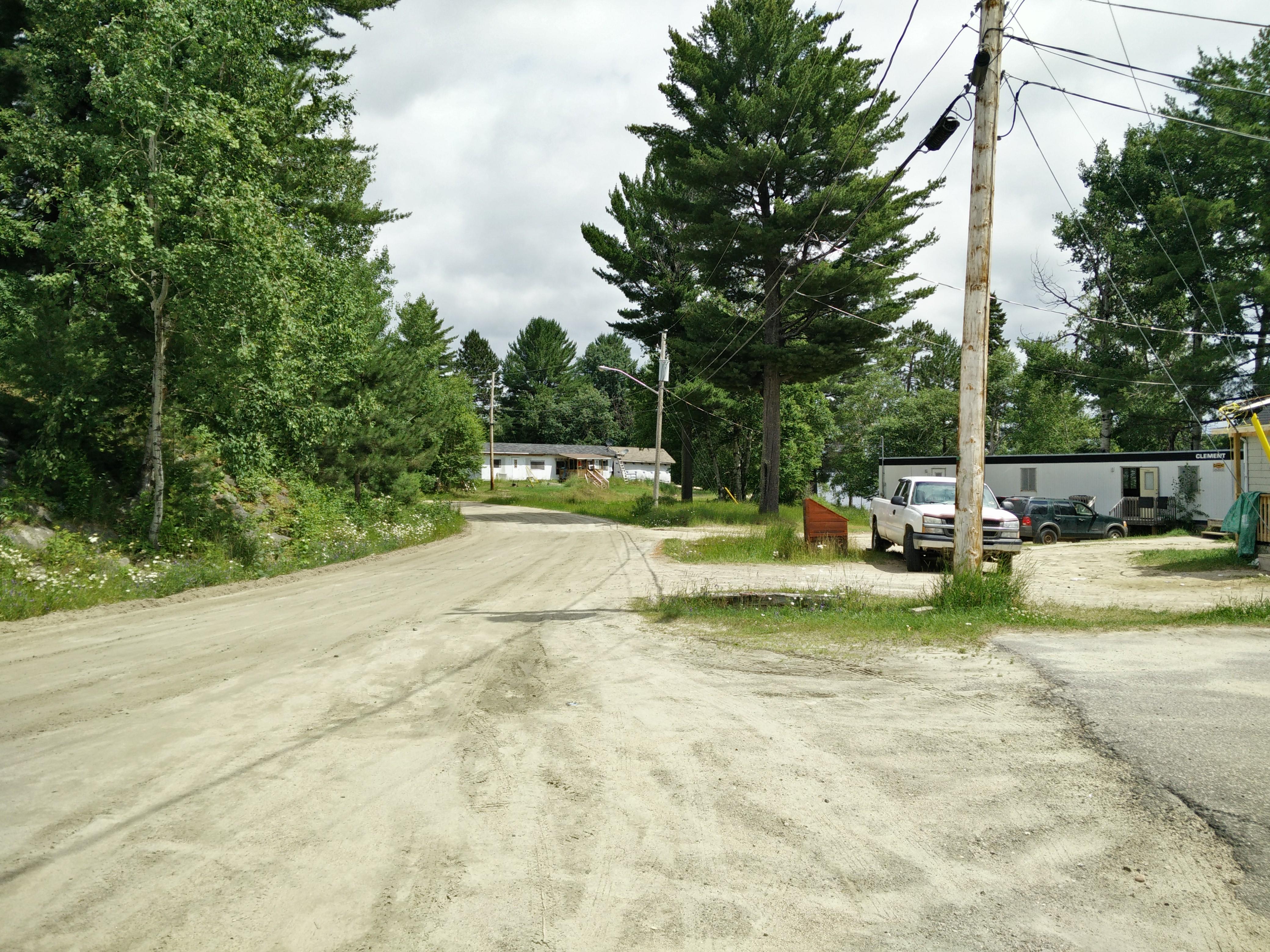 Maisons à Rapid Lake. Les routes sont en terre.