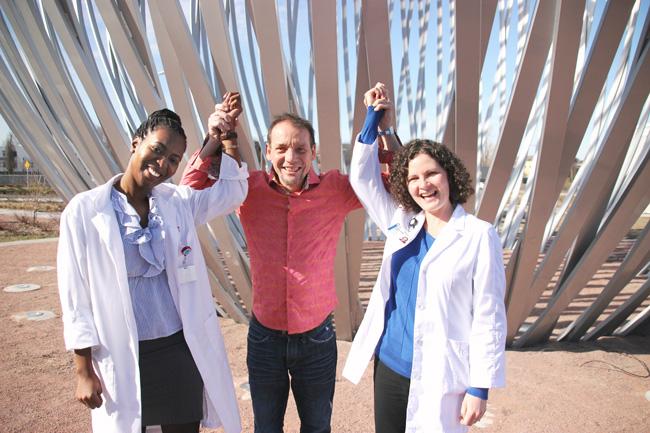 Yvan Martineau exprime sa gratitude envers les infirmières cliniciennes Christine Duterville (à gauche) et Kathy Riches (à droite). / Photo: Fabienne Landry